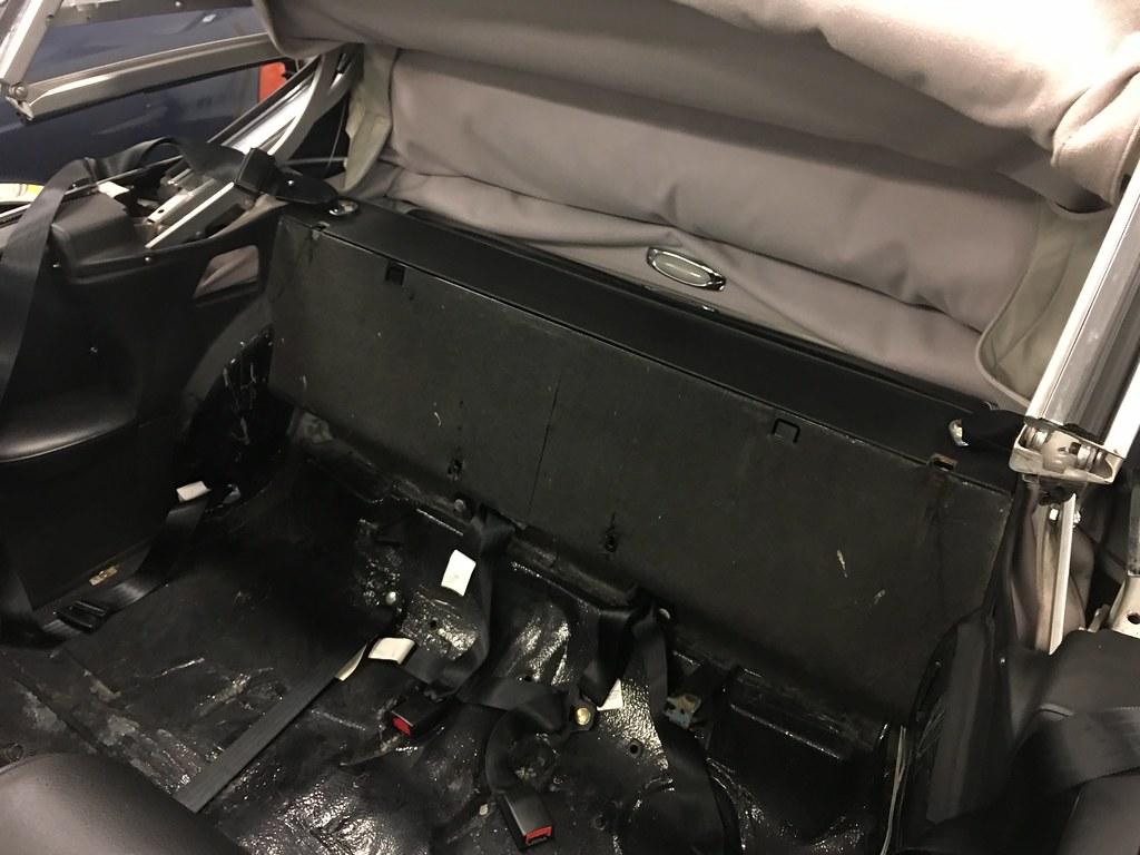 W111 Cabriolet rear seatbelts