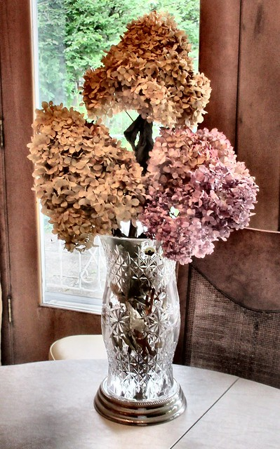 DINING TABLE FLORAL CENTERPIECE