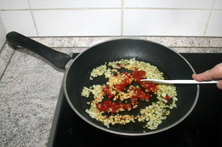 09 - Braise tomato puree / Tomatenmark andünsten