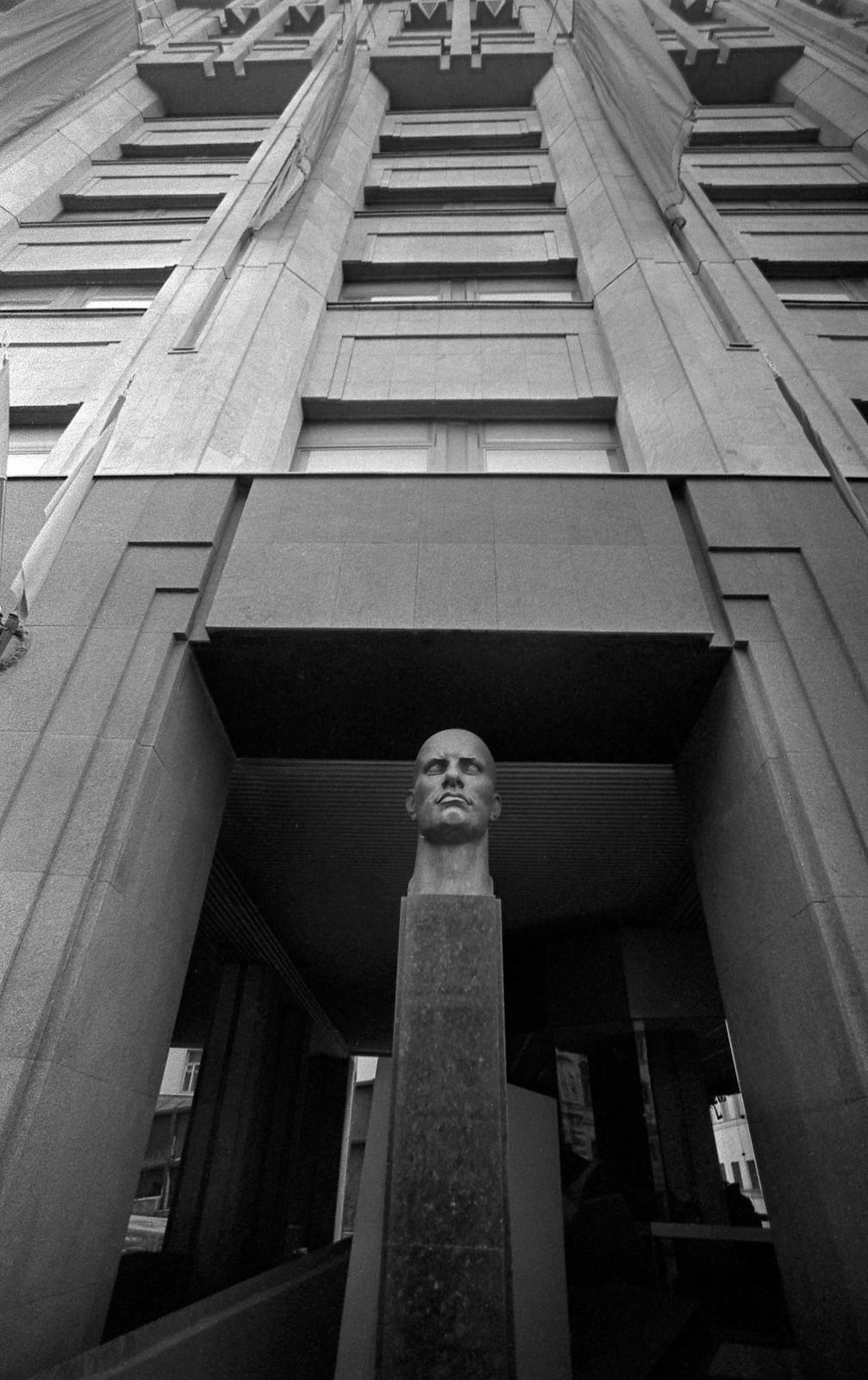1985. Бюст Владимира Владимировича Маяковского перед входом в музей В. В. Маяковского на Лубянской площади