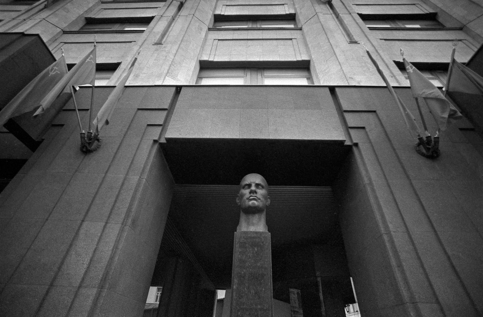 1985. Бюст Владимира Владимировича Маяковского перед входом в музей В. В. Маяковского на Лубянской площади (2)