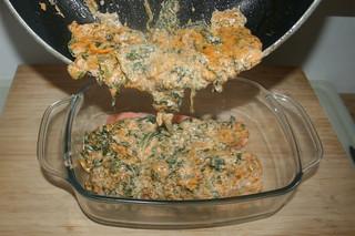 21 - Pour cream spinach mix over salmon / Sahne-Spinat-Mischung über Lachs giessen