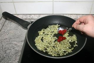 07 - Add tomato puree / Tomatenmark-addieren