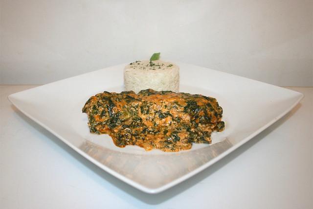 31 - Salmon cream gratin with spinach - Side view / Lachs-Sahne-Gratin mit Spinat - Seitenansicht