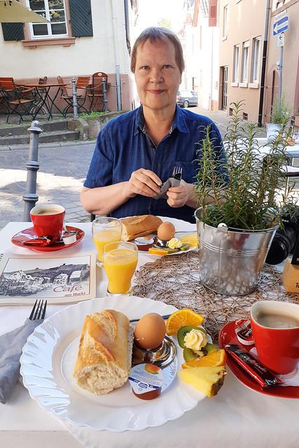 Juli 2021 ... Ein Frühstück in Weinheim ... Brigitte Stolle
