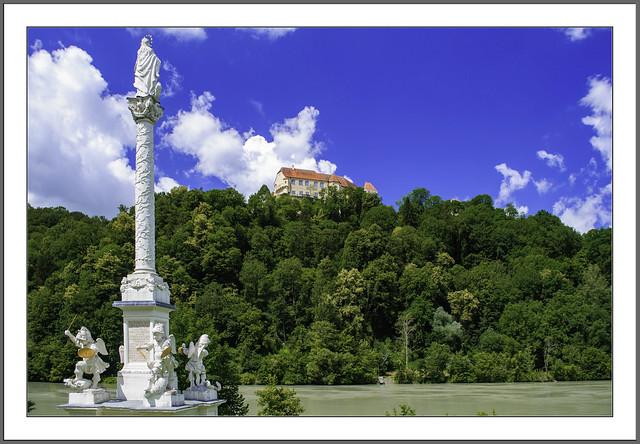 Die Mariensäule in Wernstein Oberösterreich am Inn, oben thront das Schloss Neuburg am Inn, Passau (Niederbayern).