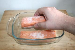 02 - Put salmon in casserole / Lachs in Auflaufform legen