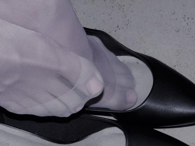 Clarks leather kitten heels - nyloned feet shoeplay