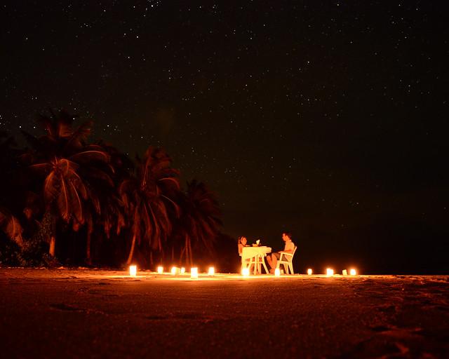 Cena bajo las estrellas en la playa de las Islas Maldivas que hicimos en Nilandhoo gratis