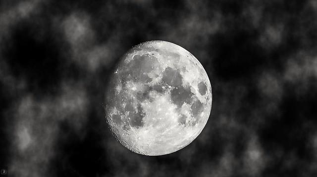 Haze Moon, night. . Mond im Wolken Feld, nachts 🌃.
