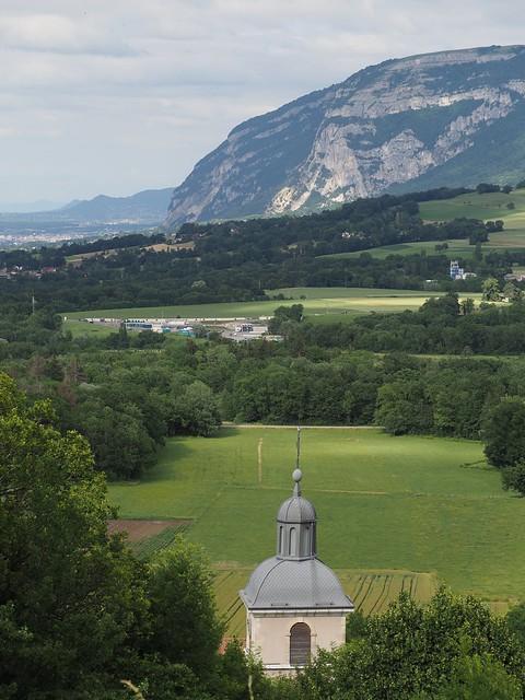 Le clocher de Présilly et le Salève vus de la Vierge du mont Sion.