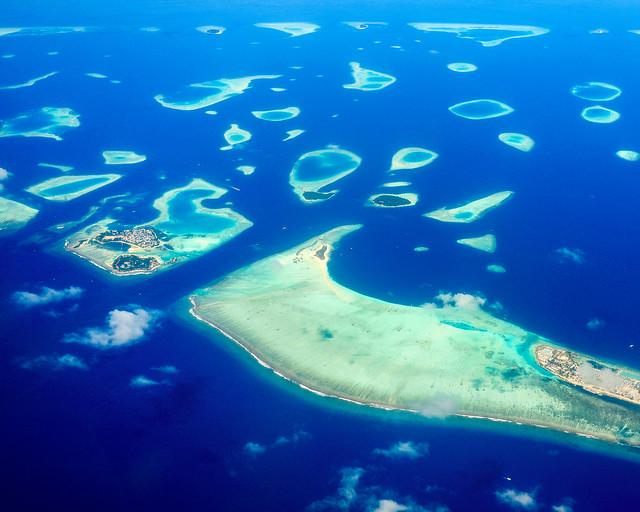 Islas Maldivas desde el aire en avión
