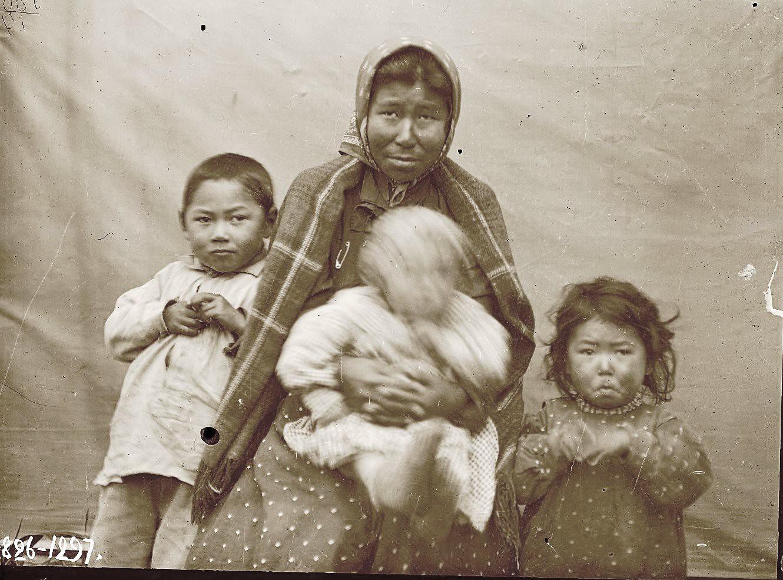 1909. Сентябрь. Агафья Пошехонова с детьми. Андреяновские острова, Атка остров