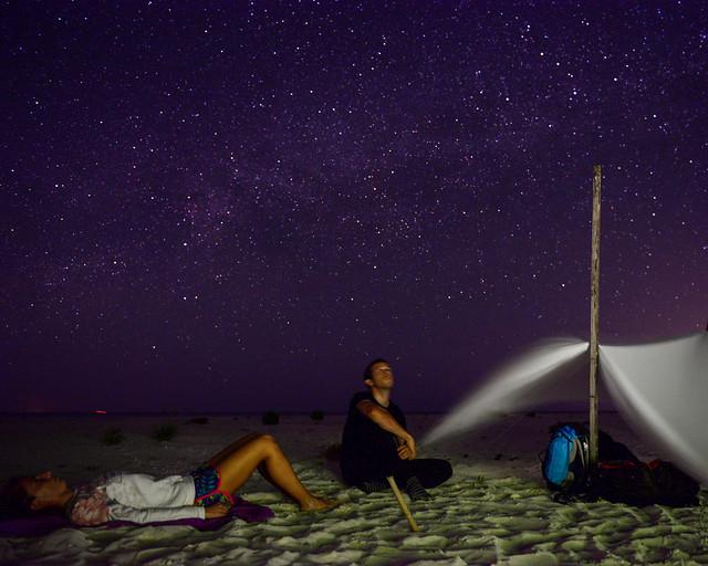Mirando las estrellas en una isla desierta de las islas maldivas