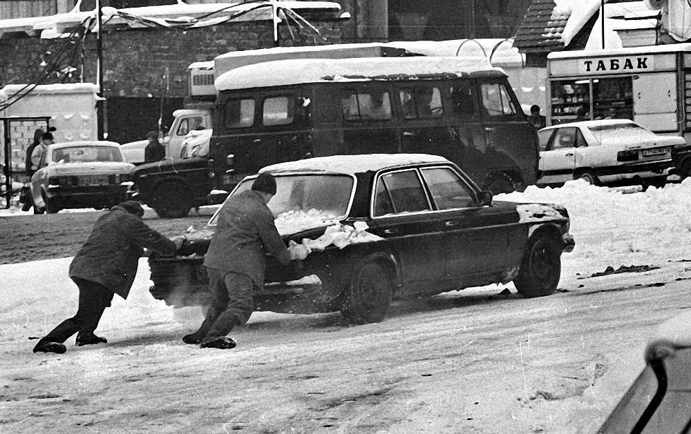 1988. Толкают машину