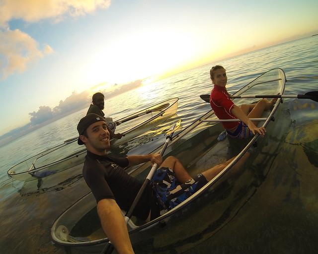 En kayak transparente por las islas Maldivas