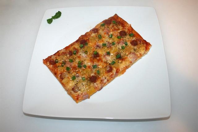 "14 - Ham salami pizza ""Hawaii"" - Served / Schinken-Salami-Pizza ""Hawaii"" - Serviert"