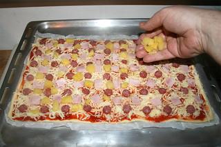 08 - Distribute pineapple on pizza / Ananasstücke auf Pizza verteilen