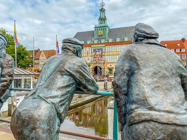 """Splitting men"" looking at the town hall of Emden"