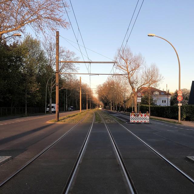 ...warten auf die Schienenfahrzeuge / Suermondtstraße / Alt-Hohenschönhausen
