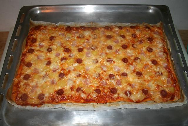 "12 - Ham salami pizza ""Hawaii"" - Finished baking  / Schinken-Salami-Pizza ""Hawaii"" - Fertig gebacken"