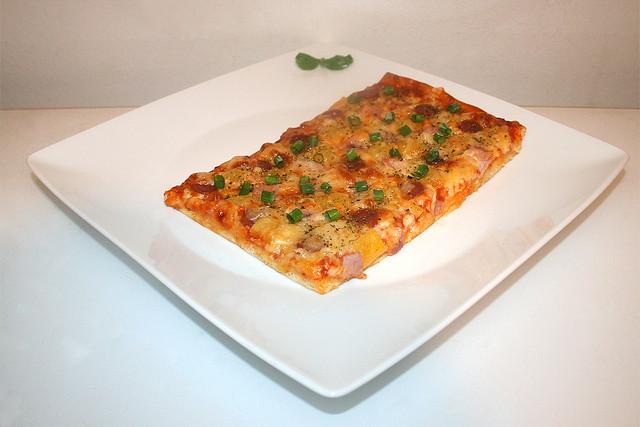 """15 - Ham salami pizza """"Hawaii"""" - Side view / Schinken-Salami-Pizza """"Hawaii"""" - Seitenansicht"""