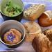 Ofenfrischer Brotkorb, Tomaten-Oliven-Aufstrich, Basilikum-Pistazien-Dip