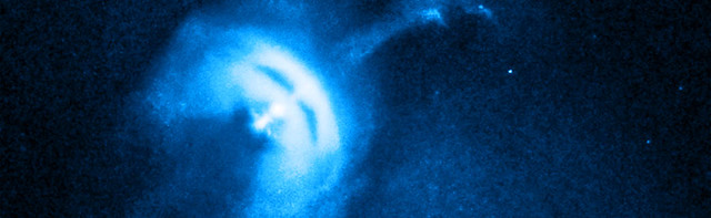 VCSE - A fénysebesség 70%-ával forgó Vela-pulzár és környezete képe a Chandra röntgenműhold felvételén. A kilövelő nyaláb (jet) 0,7 fényév hosszú, és némi anyag is látható a pulzár körül. - Forrás: NASA, Chandra