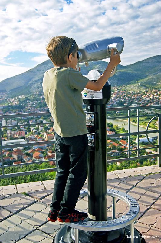 Мальчик на экскурсии в Требине