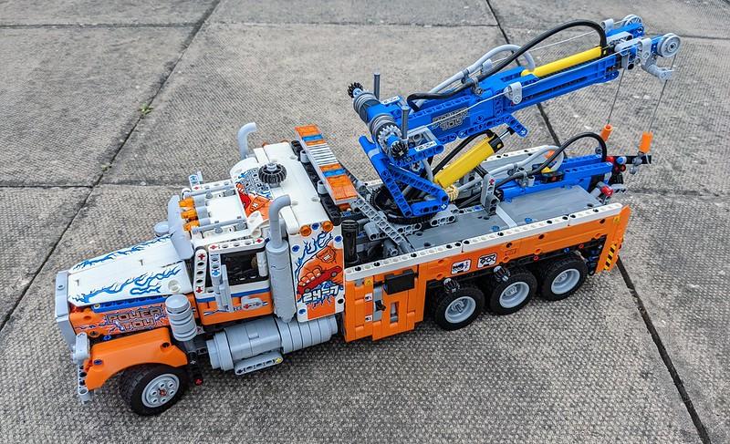 42128: Heavy-duty Tow Truck Technic Set Review