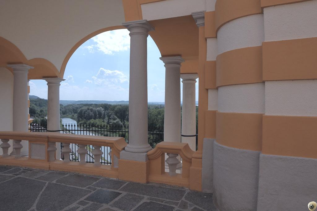 En el balcón.