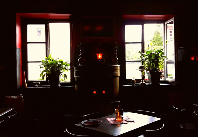 Geheimnisvolles Zimmer mit Fenster  - HWW