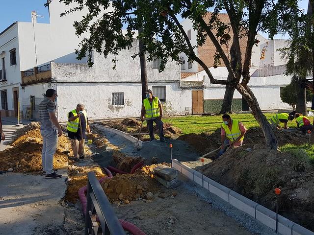Alcalde de Los Palacios y Villafranca visita las obras plaza Cristo de la Misericordia