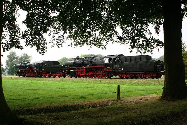 2009-09-06; 0003. VSM 52 8053 en 50 3536-4 met trein 761. Molenallee, Loenen. Terug naar Toen.