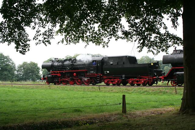2009-09-06; 0002. VSM 52 8053 en 50 3536-4 met trein 761. Molenallee, Loenen. Terug naar Toen.