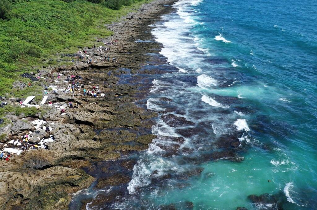 202107中油大林廠漏油事件報導。恆春岸際油污清除作業完成後,可見海龜浮游(右下)。照片提供:海保署