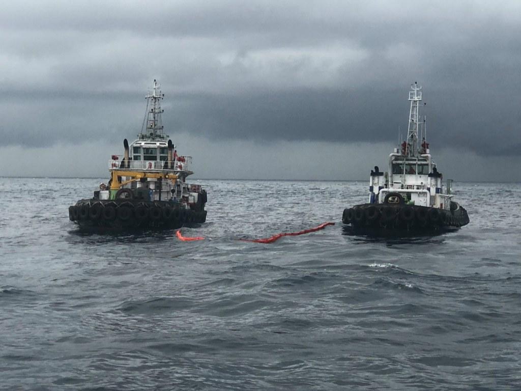202107中油大林廠漏油事件報導。中油工作船大林一號及大林九號於海上以攔油索圍堵油污。照片來源:海保署