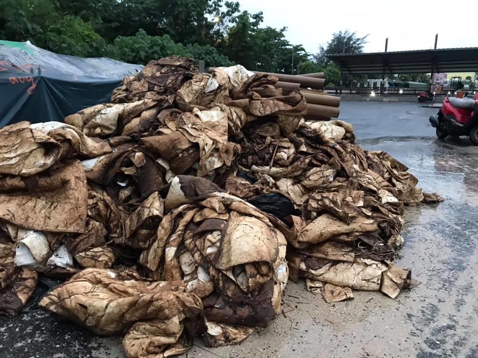 202107中油大林廠漏油事件報導。大量一次性吸油資材成為垃圾。照片來源:社團法人台灣咾咕嶼協會