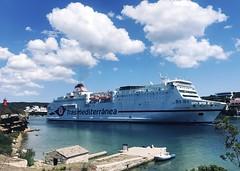 Ferry pasando por el Muelle de las Monjas en la Isla del Rey. Maó. 07-2021