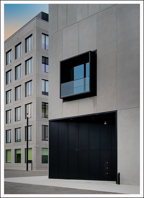 L1000649cR_Leica_Q2_072021_Wetzlar_Leitz-Park_blaues Fenster