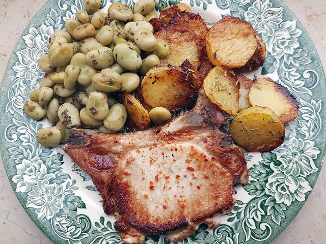 Schweine-Kotelett mit Beilagen