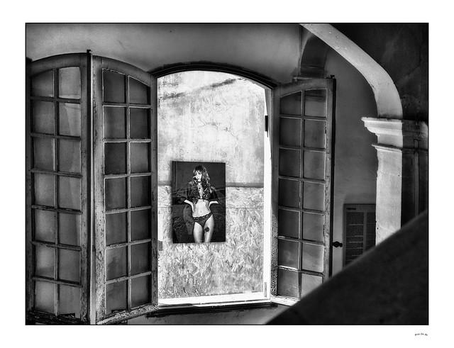 Par la fenêtre / Through the window...
