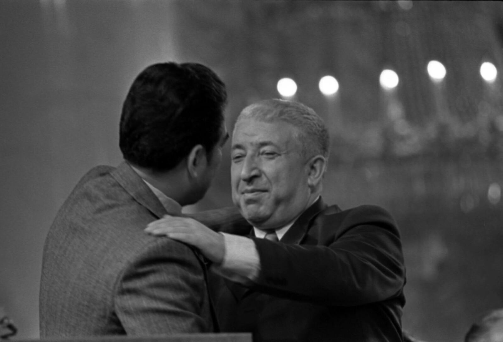 1975. Вечер Расула Гамзатова в Колонном зале Дома Союзов, Чингиз Айтматов и Расул Гамзатов.