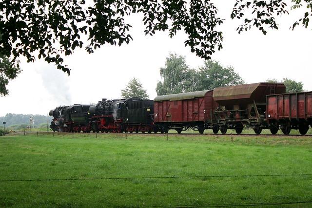 2009-09-06; 0005. VSM 52 8053 en 50 3536-4 met trein 761. Molenallee, Loenen. Terug naar Toen.