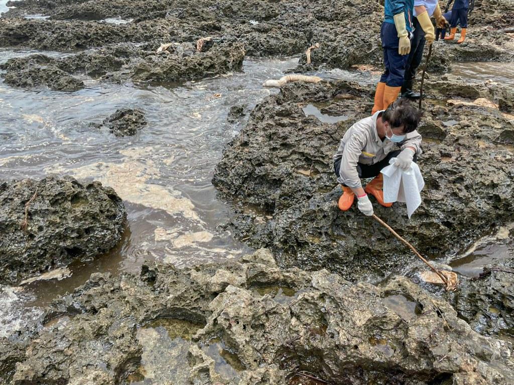 202107中油大林廠漏油事件報導。油污一旦由外海擴散至岸際,將使除汙工作更加困難,尤其這次還影響到小琉球、墾丁等生態敏感帶。照片來源:立委周春米臉書