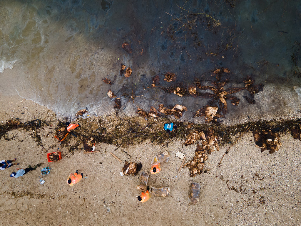202107中油大林廠漏油事件報導。小琉球油污清除作業空拍圖。照片提供:島人海洋文化工作室,蘇淮攝
