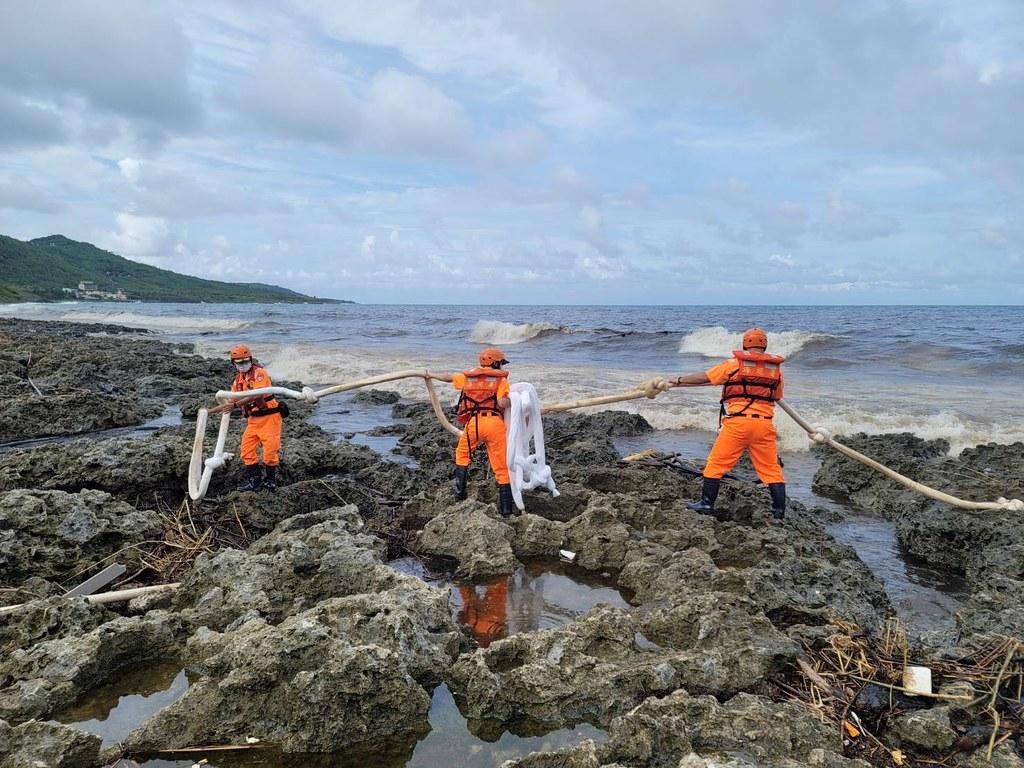 202107中油大林廠漏油事件報導。海巡人員於岸際布放吸油索圍堵油污。照片來源:海保署