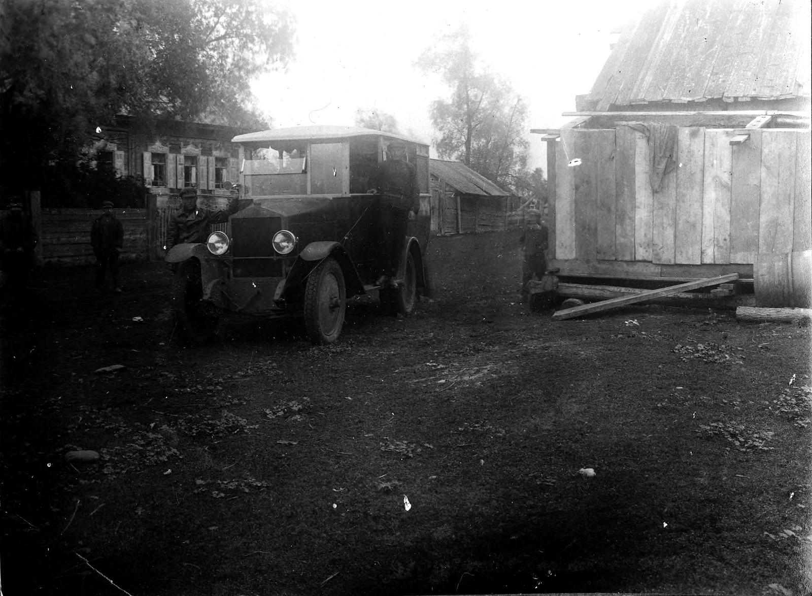 Автомобиль у почтамта между Бийским и Улалой