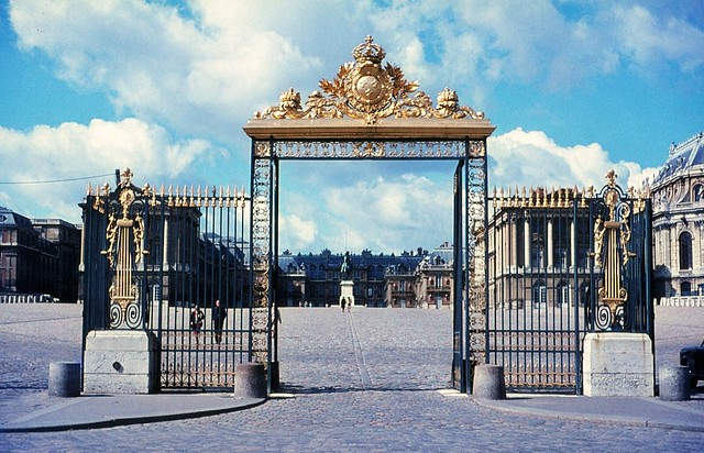 1966.01-16b Paris 1966. The Palace of Versailles 1966. The Grille d'Honneur entrance gate.