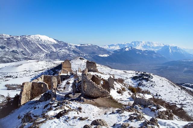 La neve ricopre le antiche rovine